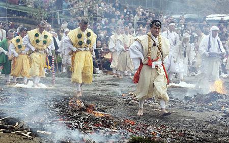 Các tín đồ của tôn giáo Shugendo (hay là yamabushi) tham gia lễ hội Hiwatara-matsuri.